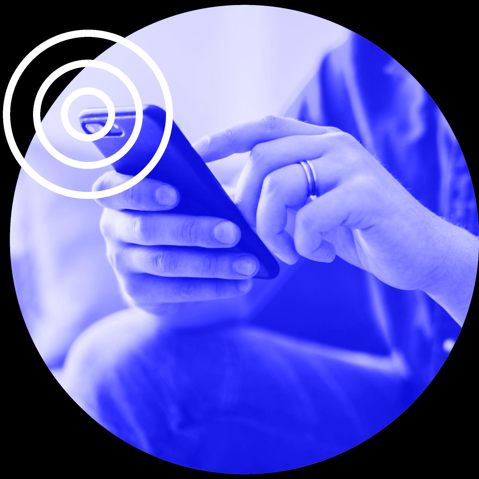 Homem utilizando celular protegido por FirstPoint