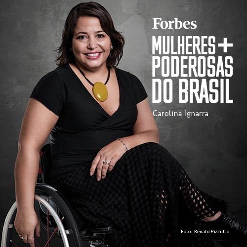 Foto de Carolina Ignarra vestida de preta com um colar preto com uma pedra beje redonda no peito, em uma cadeira de Rodas com o escrito: Forbes - mulheres mais poderosas do Brasil, foto de Renato Pizzutto