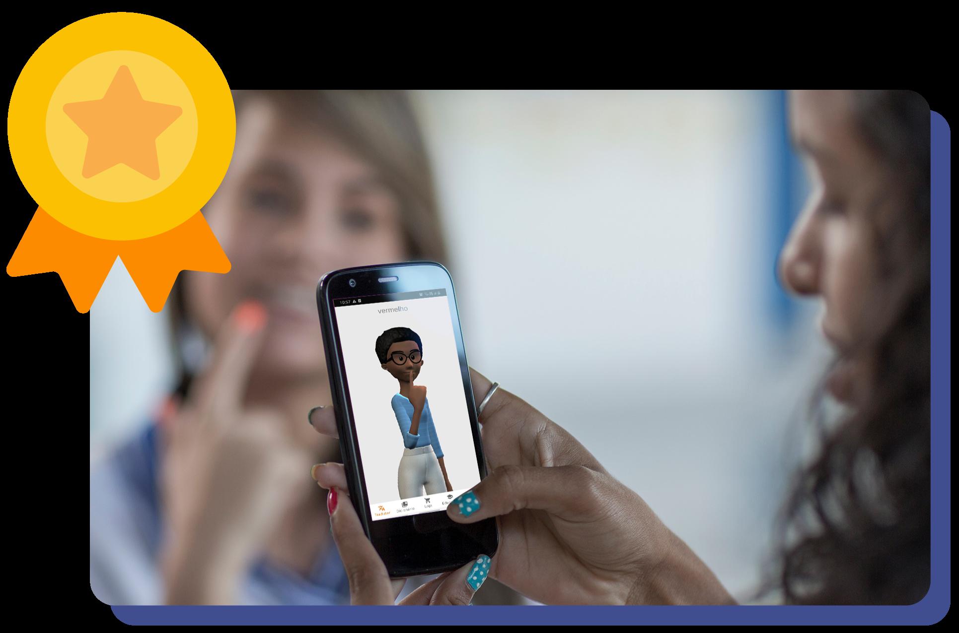 Foto de duas pessoas. Uma delas está olhando para um celular com o aplicativo da Hand Talk aberto. No canto superior esquerdo existe um selo de ouro.