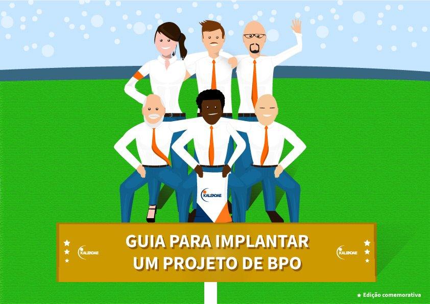Capa de ebook comemorativa do ebook de BPO com uma equipe em um campo de futebol, todos trajados com roupas sociais.