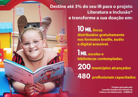 Descrição da imagem: foto de Isabella, uma garota de 9 anos, segurando um livro aberto. Ela usa óculos, está deitada de bruços, olhando pra frente e sorrindo.