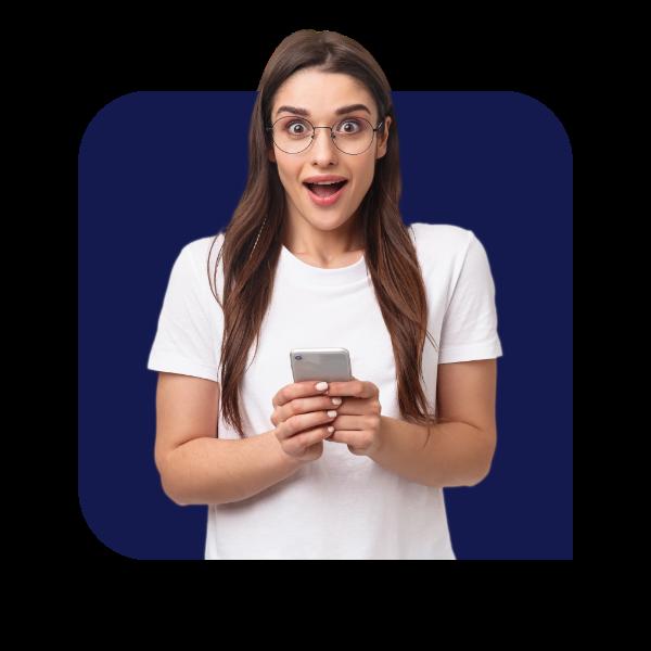 Mulher olhando para frente com celular na mão impressionada