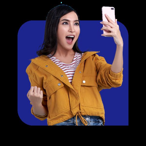 Menina entusiasmada com celular na mão