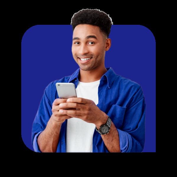 Rapaz com celular na mão olhando para frente