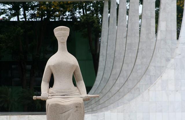 Estátua da Justiça Cega em Brasília - fonte: https://www.flickr.com/photos/carlosoliveirareis/5389011352
