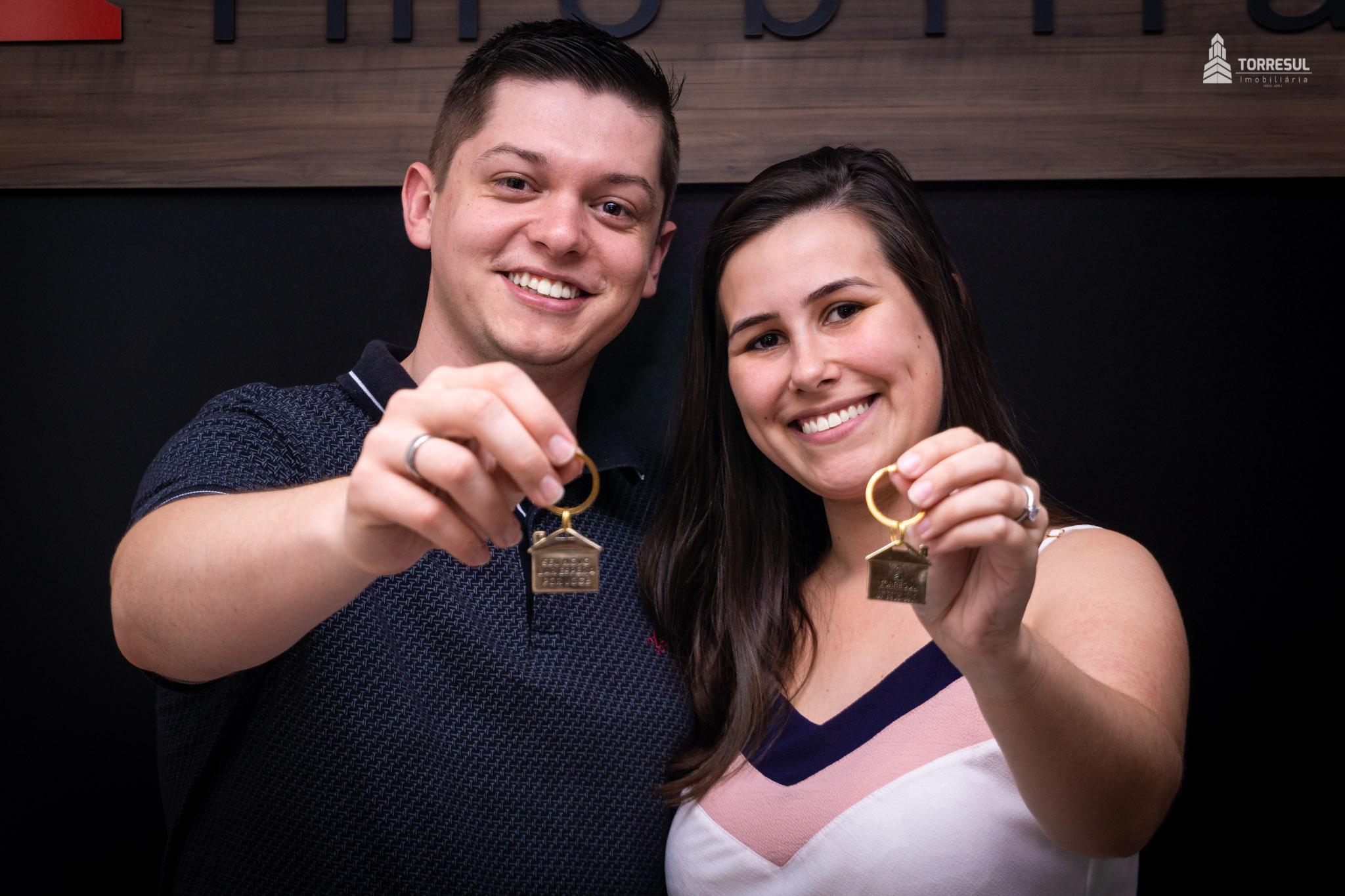 Casal na Torresul com a chaves da casa propria