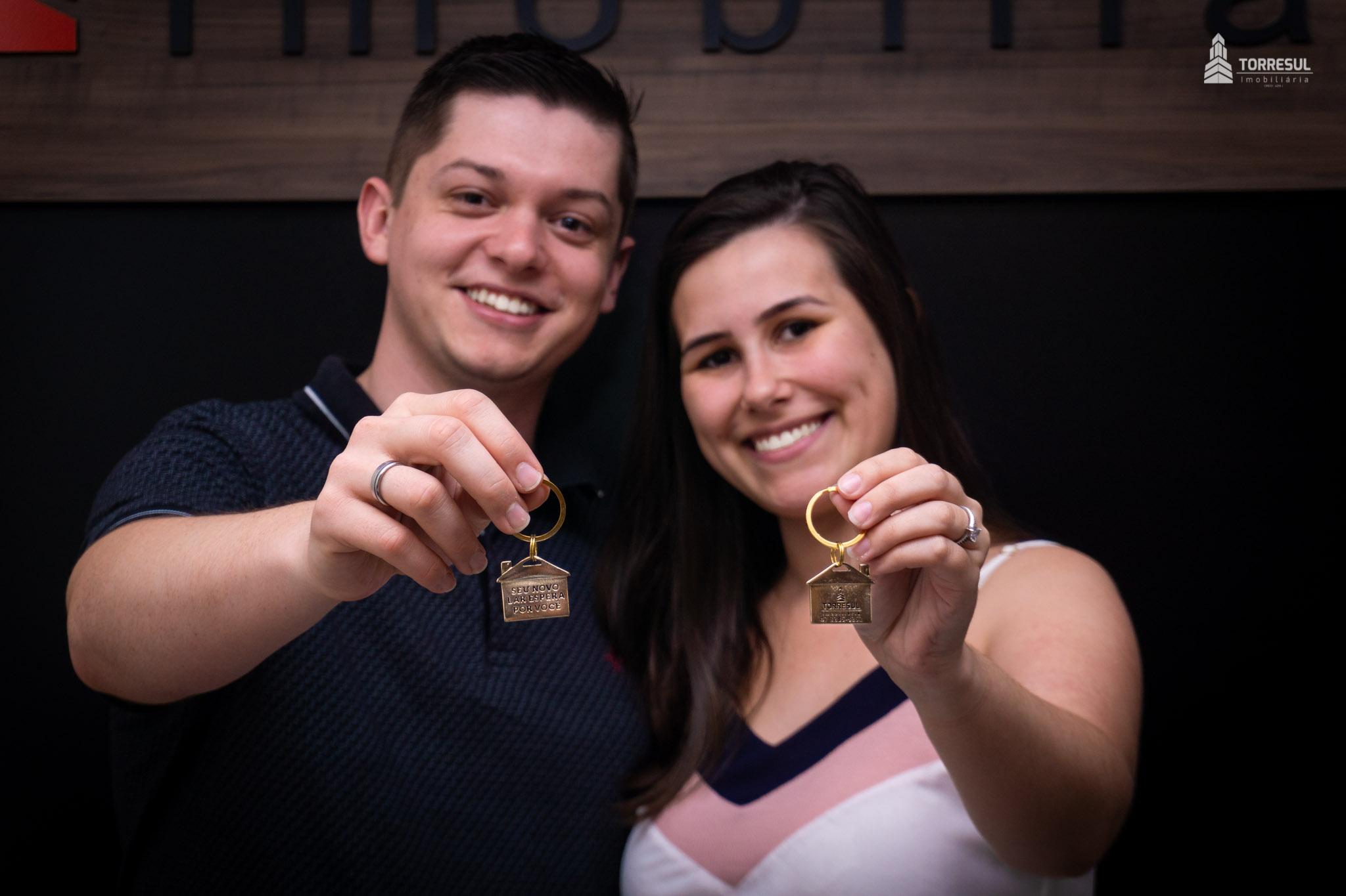 Casal com chaves da casa