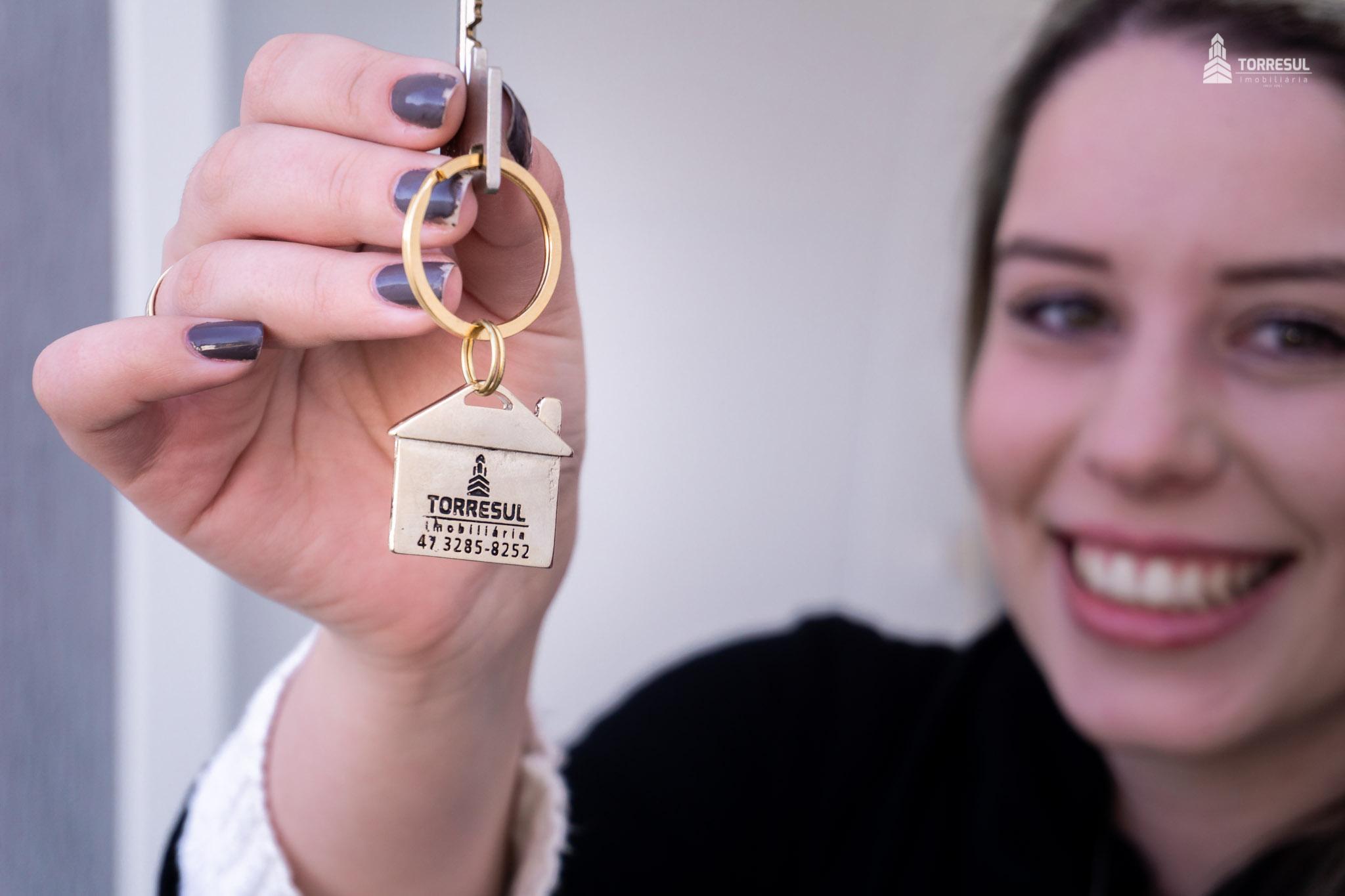 mulher com chave da casa