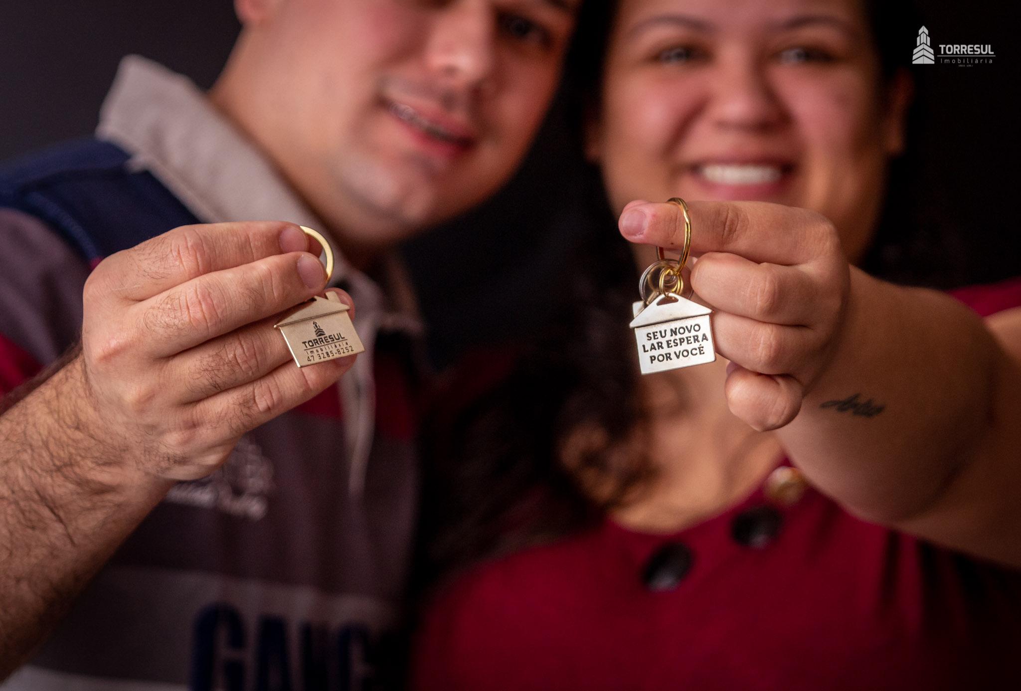 casal com chaves do sobrado