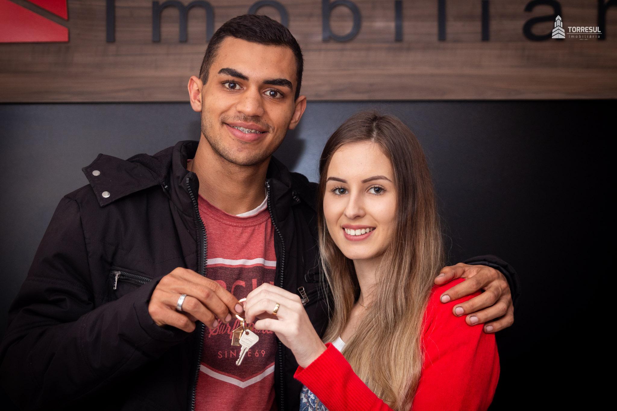 Jovem casal com as chaves da sua casa