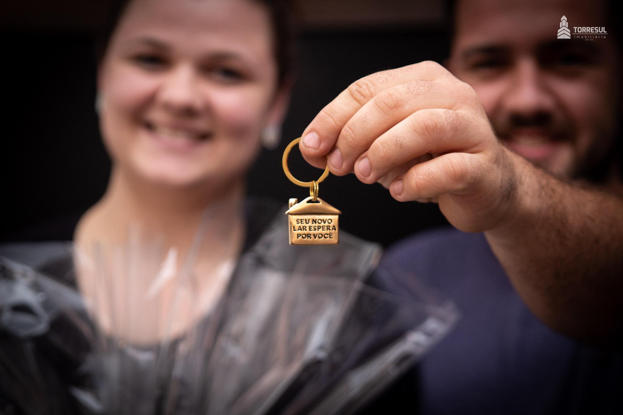 casal com chaves do apartamento na Velha