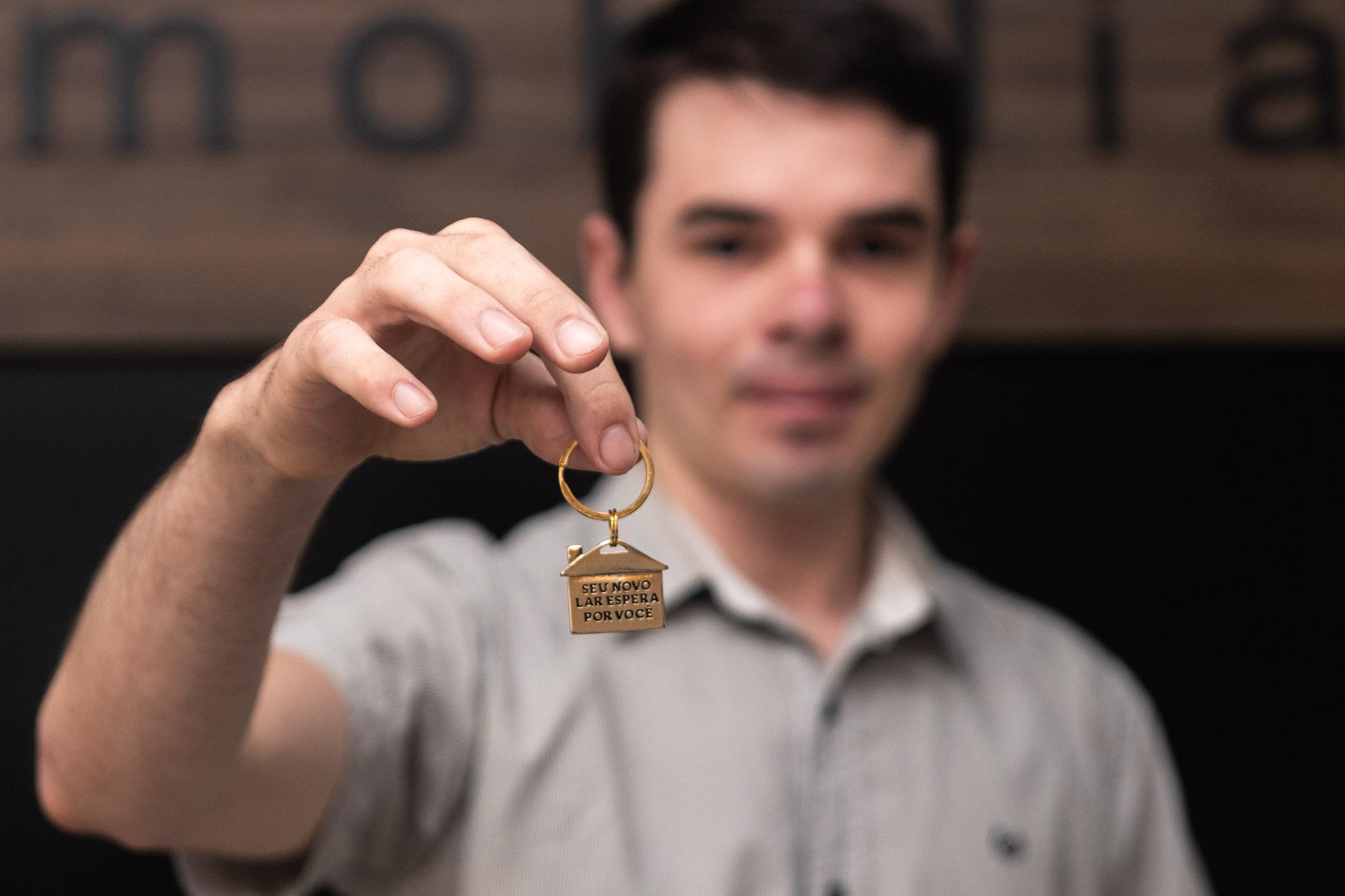 Homem com as chaves do apartamento