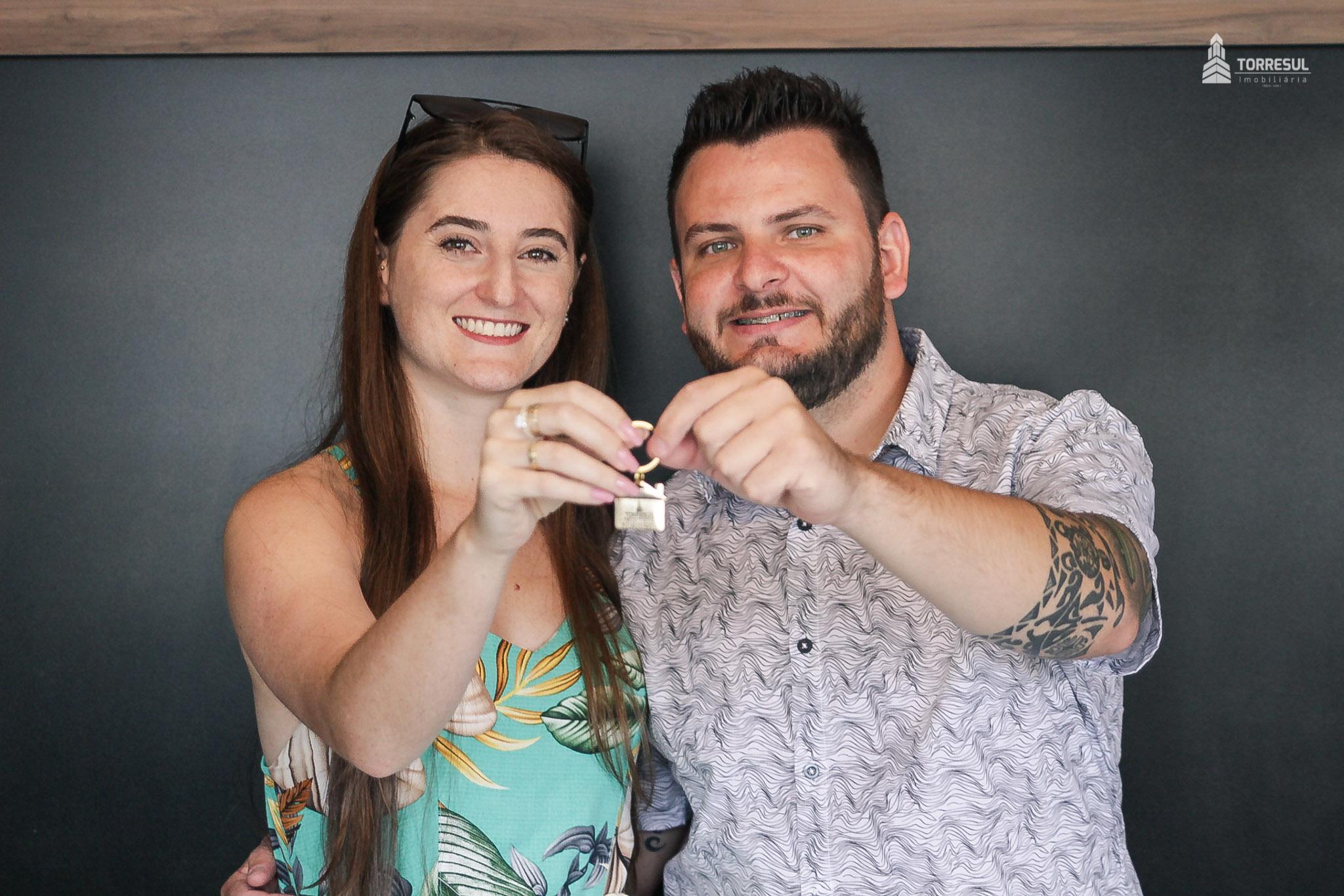 casal com as chaves do seu apartamento
